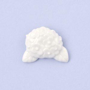 白磁のアジサイブローチ